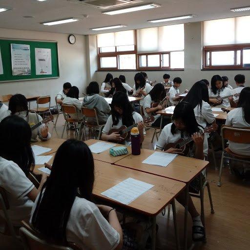 1학년 학생들의 우쿨렐레 수업 모습입니다.